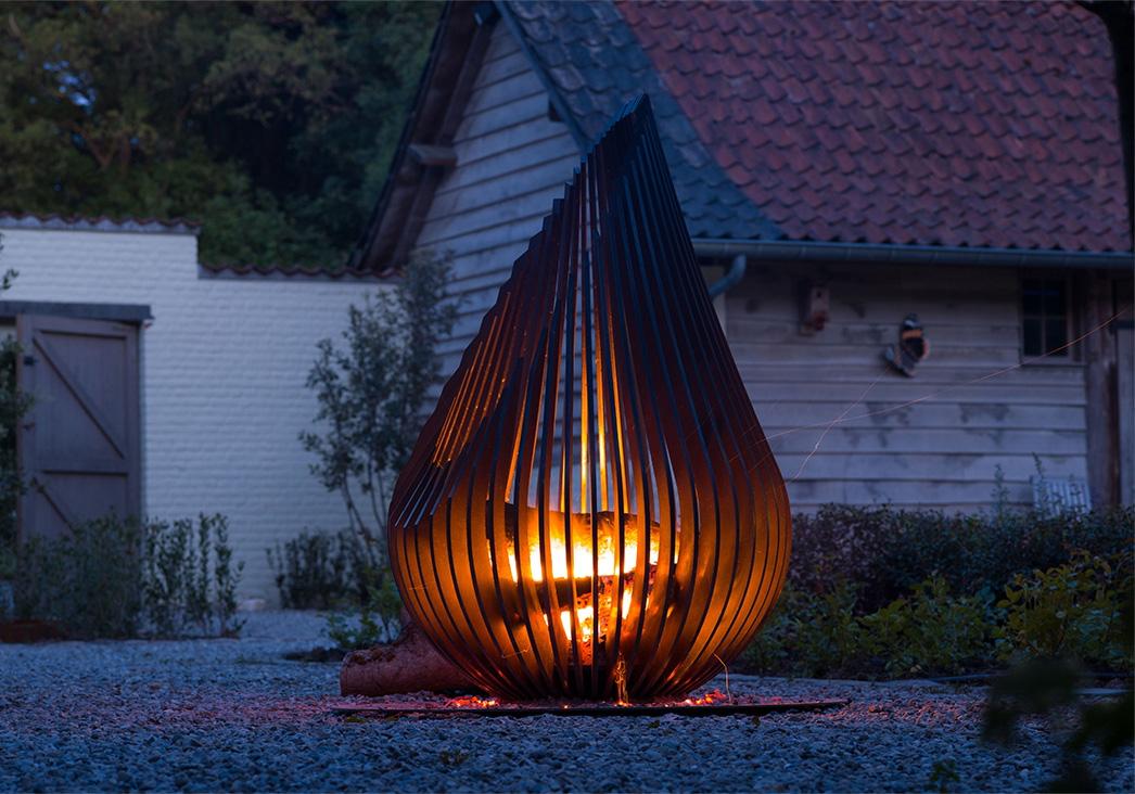 En eldkorg och eldstad från Glowbus och Brasvarmeinterior.